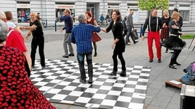 Kom og Dans Hobro under et fremstød for sig selv på Store Torv i Hobro. Privatfoto