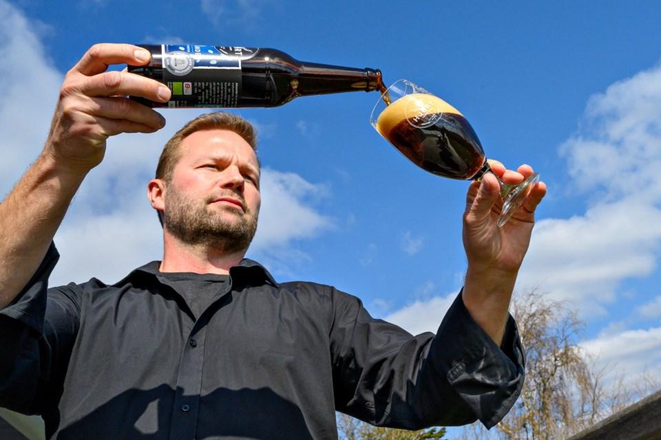 Brygmester Carsten Hjort Bjerre hælder med særdeles følt hånd sin prisvindende baltiske porter op i glasset og sørger naturligvis for, at skummet lægger sig som en cremet dyne hen over de gyldne dråber. Foto: Kurt Bering