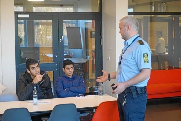 Kenneth Christensen - i færd med at fortælle 1. hf'erne på Vesthimmerlands Gymnasium og HF om hverdagen som politibetjent. Privatfoto