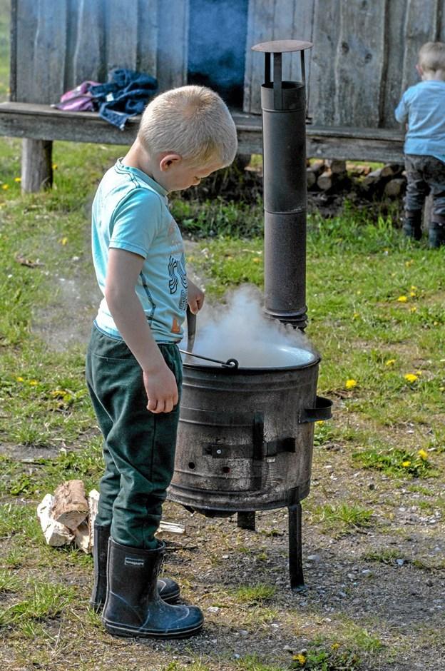Store og små i gang med at lave mad i det fri, på en søndag med mange aktiviteter. Foto: Mogens Lynge Mogens Lynge