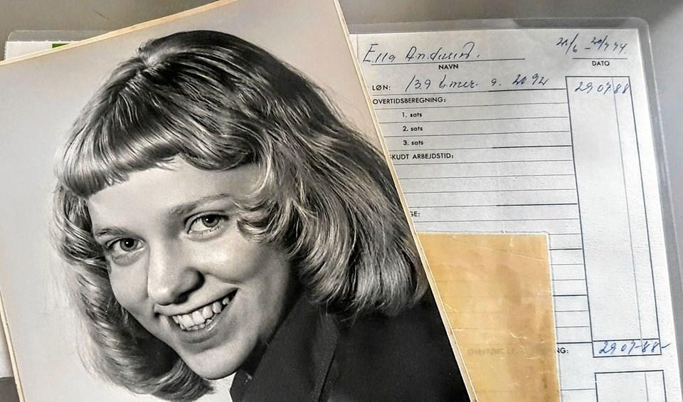 Ella Lunds første afregning for 139 timer arbejde i 1974 - timeløn 20,92 kroner. Middagspausen var halvanden time, så vi kunne lige nå fotografen, fortæller Ella. Foto: Karl Erik Hansen Karl Erik Hansen