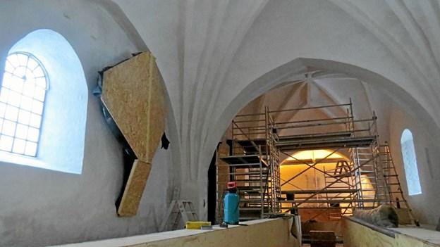 Krucifikset til venstre er dække til og må vente på en senere renovering. Foto: Kirsten Olsen Kirsten Olsen