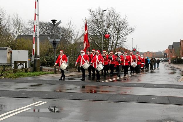 Jernbaneorkestret på vej op gennem Søndergade efter at have spillet på pladsen ved Ældrecenter Solvang. Foto: Ole Nielsen Ole Nielsen