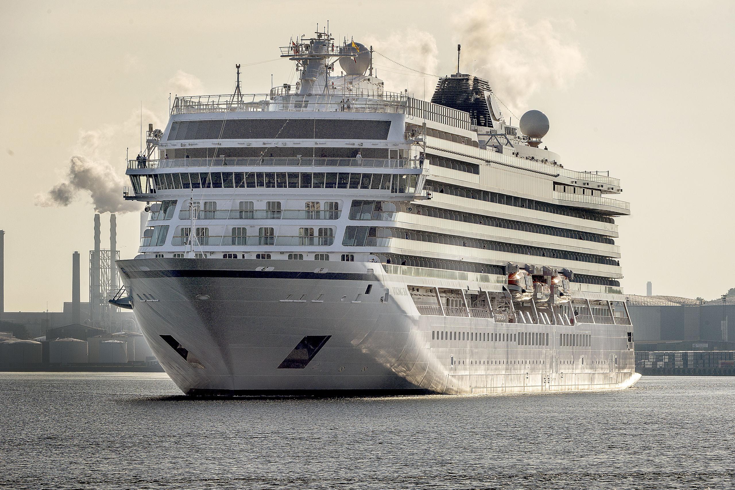 Det er slet og ret et ganske imponerende og smukt syn, når havets kæmper og flydende hoteller glider majestætisk ind i Aalborg Havn, hvor de sædvanen tro lægger til kaj ved Honnørkajen. Her er det det gode skib 'Viking Sea', der er på vej ind til kajen. Og det er i øvrigt netop 'Viking Sea', der skyder den ny krydstogtsæson i gang her i 2019, når hun anløber Aalborg den 29. april. Arkivfoto: Lars Pauli