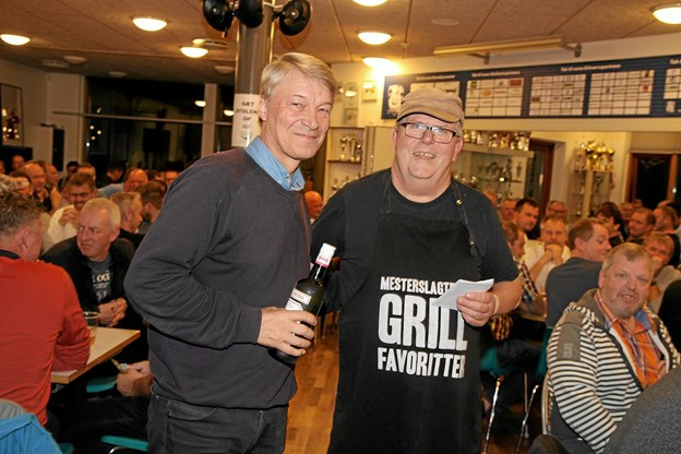 Michael Berg modtog på vegne af Jetsmarks Grand Old Boys en velfortjent flaske. Foto: Flemming Dahl Jensen