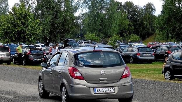 Den store parkeringsplads ved Fruerlundparken der kan rumme ca. 800 biler, blev hurtigt fyldt op, men udskiftningen var stor, så nye kunne komme til. Foto: Ejlif Rasmussen Ejlif Rasmussen