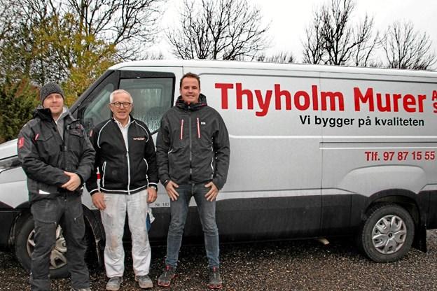 Nu hedder ejerne af Thyholm Murer AS: Rasmus Gravgaard (tv.) og Dan Gravgaard (th.). Poul Erik Gravgaard i midten træder i baggrunden mens firmaet er på toppen. Foto: Hans B. Henriksen