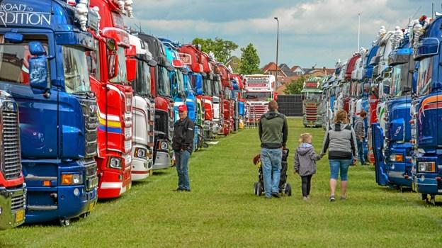 Lastbiller i massevis, side om side og velplejede og nypudsede. Foto: Mogens Lynge Mogens Lynge