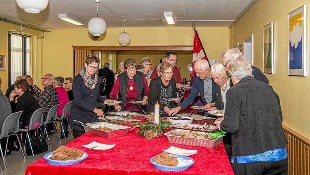 Der var god søgning til det flotte ta' selv bord med mad fra Hornum Kro. Foto: Mogens Lynge