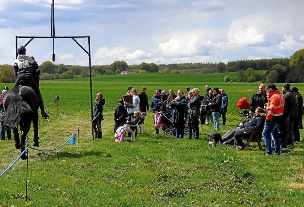 Både formiddag og eftermiddag var der mange mennesker på ringriderpladsen. Foto: Ejlif Rasmussen Ejlif Rasmussen