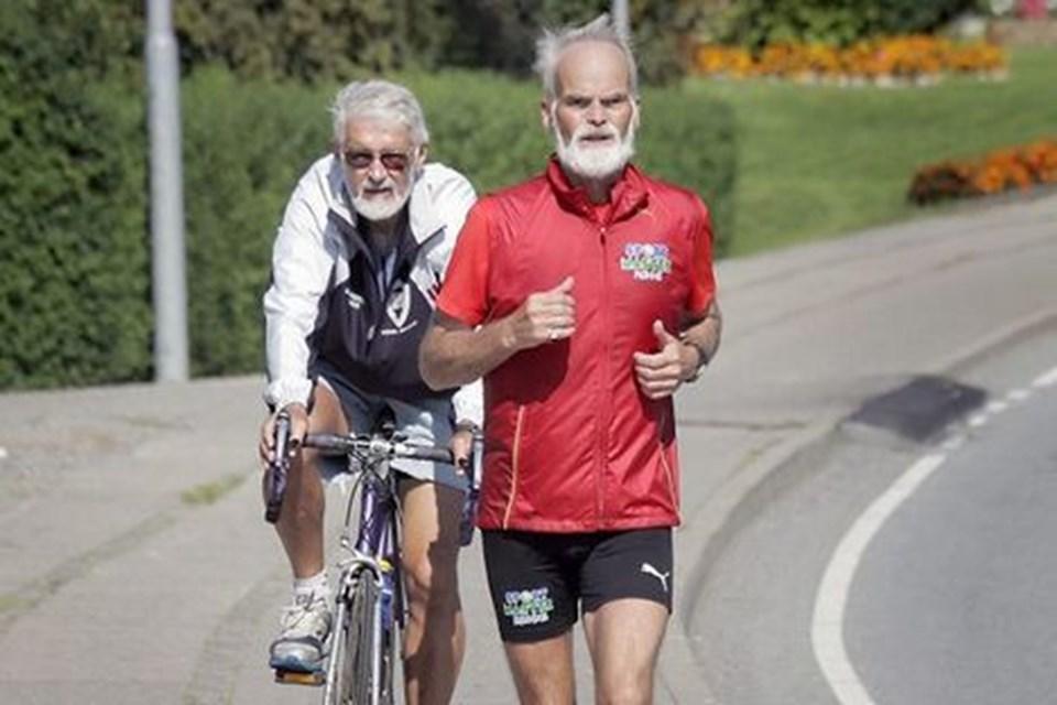 Allan Hansen løb fredag maratonløb nummer 20 siden starten på Danmark Rundt den 1. august. Bag Allan Hansen fulgte hjælper og motionskammerat Erwin Hansen på cykel. Foto: Klaus Madsen