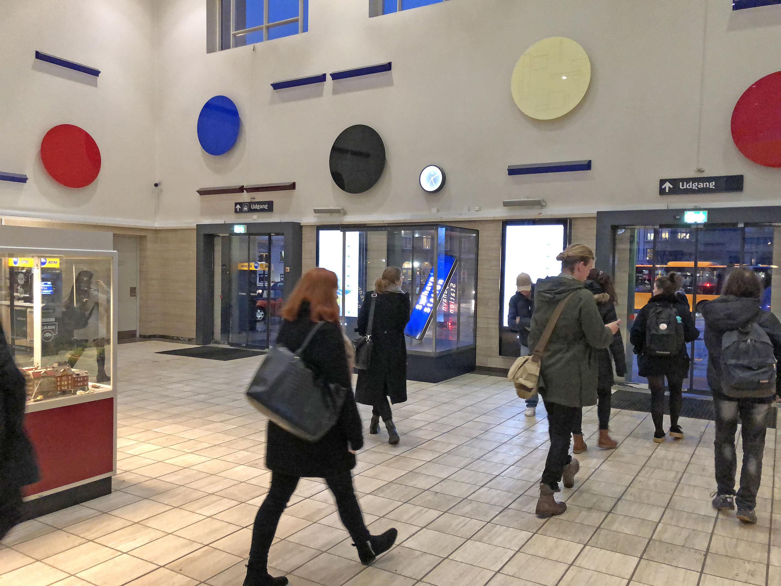 Kunsthal Nord har før rykket kunsten ud i det offentlige rum. Kunstnergruppen Sydhavn Station var aktuelle på Aalborg Station i 2018. Foto Niels Fabæk