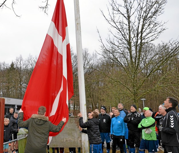 Den officielle del af en standerhejsning - flaget skal til tops. Foto: Jesper Bøss Jesper Bøss