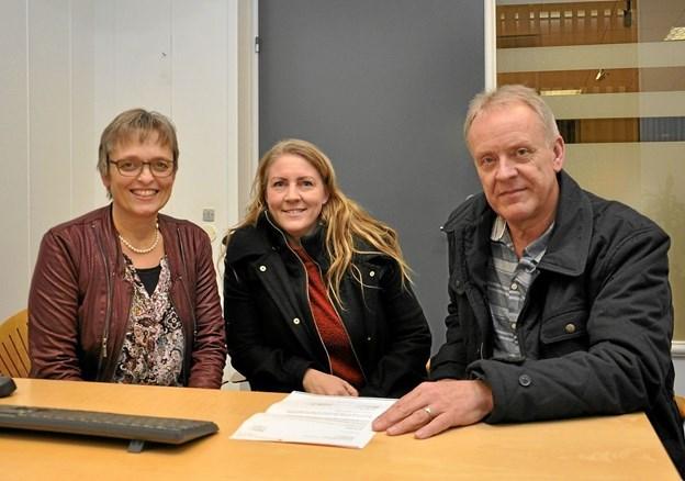 Ved underskrivelsen af sponsorkontrakten ses her fra venstre Anna-Marie Kibsgaard Jørgensen fra sparekassen, bestyrelsesmedlem Jeanette Pedersen og Ulrik Eriksen, som står for musikken på Hjørnet. Foto: Ole Torp