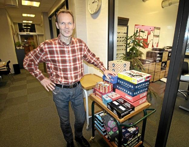 Rektor Lars Jørgensen ved nogle af de spil, eleverne efter vinterferien kan muntre sig med i frikvartererne. Foto: Jørgen Ingvardsen