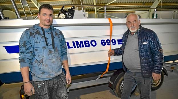 Generationsskiftet er på plads hos Limbo Både. Til venstre Danny Christensen og Limbo Bådes stifter Svend Aage Christensen. Limbo 699 betyder i øvrigt 6,99 meter.Foto: Ole Iversen Ole Iversen