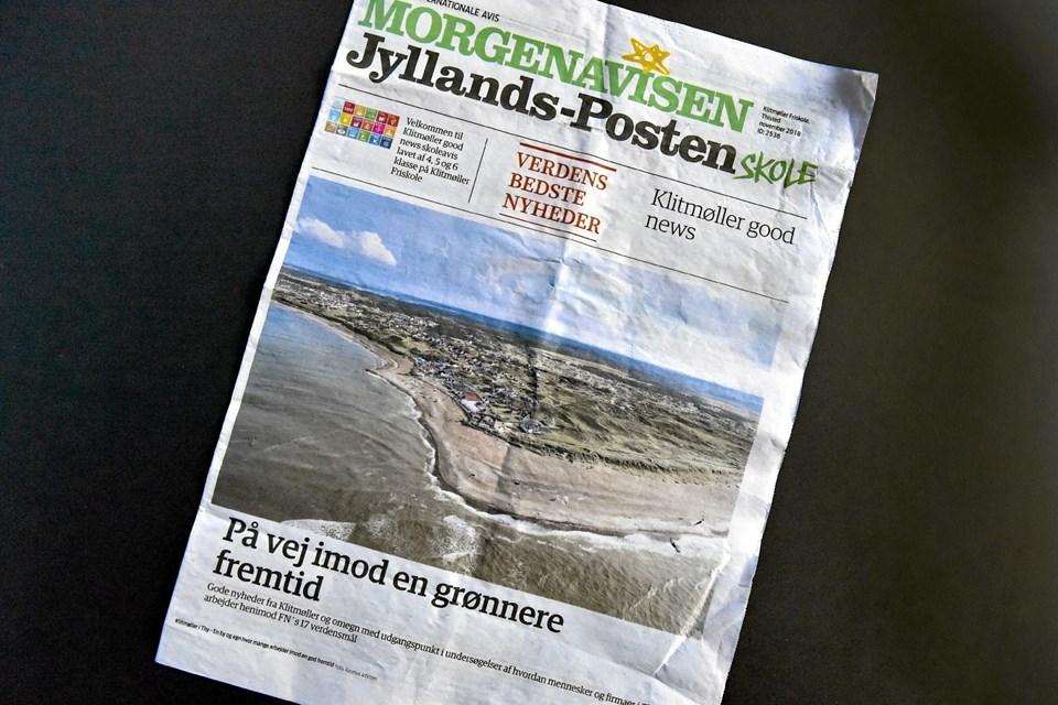 Den otte sider store avis ligner fuldstændig er rigtig Jyllands Posten, og er fyldt med en stribe store artikler fra Klitmøller og mange små nyheder. Foto: Ole Iversen Ole Iversen