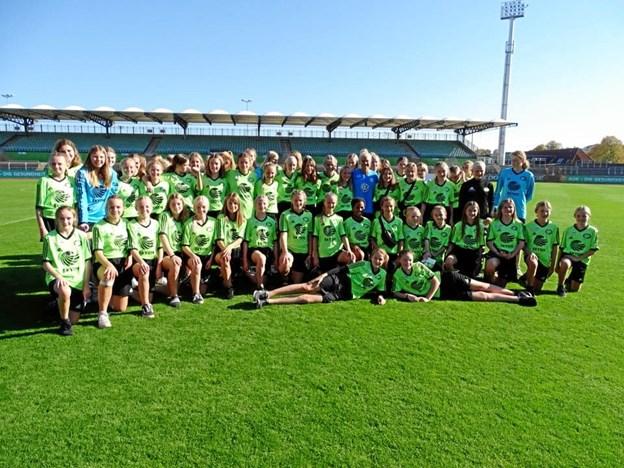 Hele holdet fra Thy sammenmed Pernille Harder i blå trøje i midten.Foto: Bent Andersen