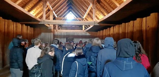 Eleverne fra Vesthimmerlands Gymnasium og HF fyldte godt i langhuset på Fyrkat. Privatfoto