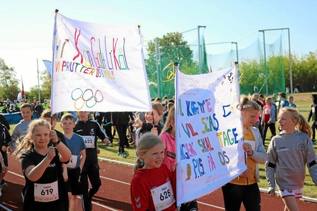 Eleverne udviste stor kreativitet i udformningen af klassernes bannere. Her er det Privatskolen i Sæby, der skriver 'Vi vil kæmpe, vi vil slås, ingen skal tage P.I.S. på os' Foto: Tommy Thomsen
