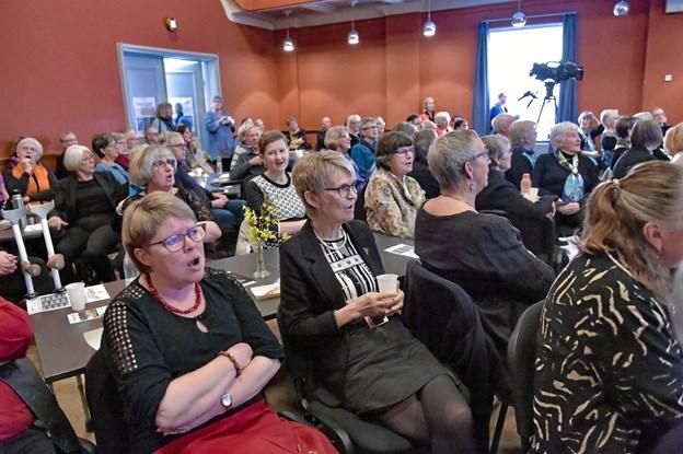 """Publikum fik rørt sangmusklerne mellem korene. Her synges der """"Jeg ved en lærkerede"""" og """"Livstræet"""". Foto: Ole Iversen Ole Iversen"""