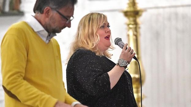 Marie Carmen Koppel havde ingen problemer med sin store stemme at nå helt ud i hjørner af den store og helt fyldte Thisted Kirke onsdag aften. Foto: Ole Iversen