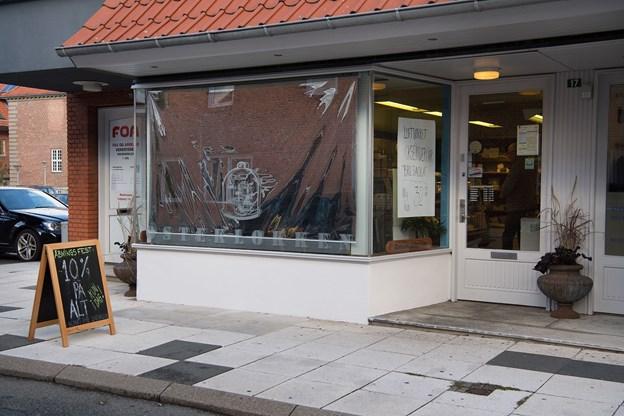 Olav Jørgensen har været i Osteklokken i over 29 år, men 1. oktober havde svigerdatter Stine Binder første dag som bestyrer af butikken.Foto: Hans Ravn