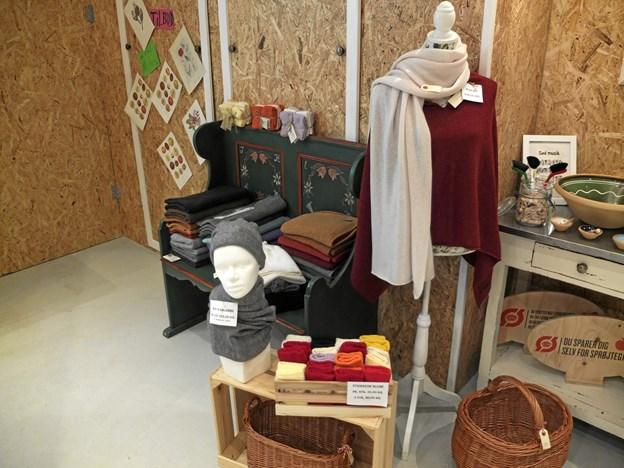 Foruden fødevarer har den økologiske butik også forskellige tekstiler. Foto: Gunnar Onghamar