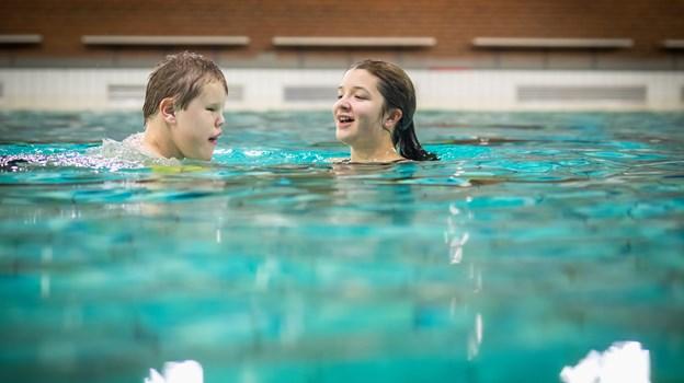 Samvær og vægtløshed er en dejlig oplevelse i vandet. Foto: Martin Damgård Martin Damgård