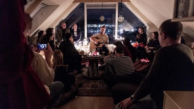 I decemer gav Tim Schou to intimkoncerter hjemme hos Annette og Kim Thinggaard i Hobro. 25 gæster delte oplevelsen. Arkivfoto: Laura Guldhammer