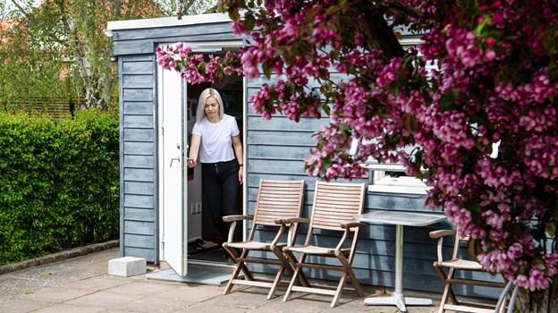 Hjemmestudiet betyder noget helt særligt for Vibeke Falden, hendes mand har bygget det på fundamentet af hendes farfars gamle værksted. Foto: Teis Markfoged