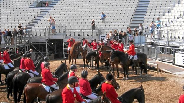 Søndagens jagtridning blev indledt med en samlet parade på scenen ved Moesgaard Museum, hvor Det Kongelige teater i øjeblikket opfører Kong Arthur. Privatfoto
