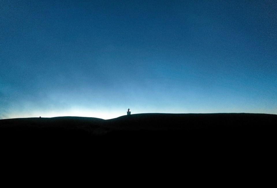 Smukt så det ud i aftenmørket med de mørke klitter, den flotte himmel og lys i Rubjerg Knude Fyr. Foto: Niels Helver Niels Helver