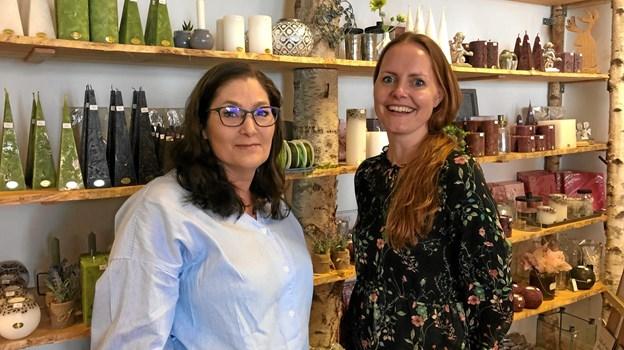 Tina Søndergaard Frederiksen (t.v.) overtager Elisabeth Haaber Greys butik, Kertehuset Lillelys, i gågaden i Frederikshavn.