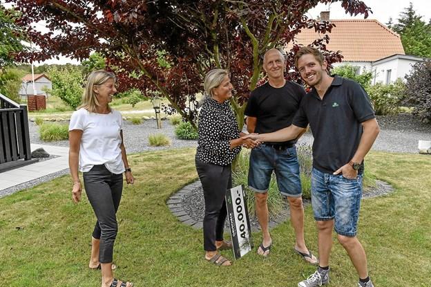 Havemøde omkring hvordan man brænder 40.000 kroner af til forskønnelse. Dorthe Brandi og Jan Jensen var spændte på hvad Bettina Olsen fra ILVA (tv) og ikke mindst Kenneth Hørning (t.h.) fra Buus Anlægsgartnere i Brabrand kunne komme med af spændende ideer. Foto: Ole Iversen