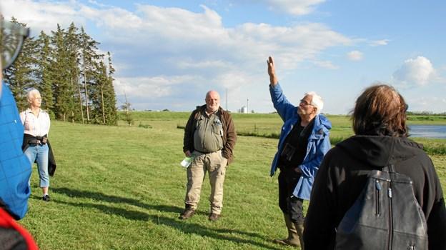 Skovrider Bendt Egede Andersen (t.v.) og naturformidler Martin Sloth Andersen fortalte deltagerne om tilblivelsen af Juelstrup Sø og dens fugle- og dyreliv. Privatfoto