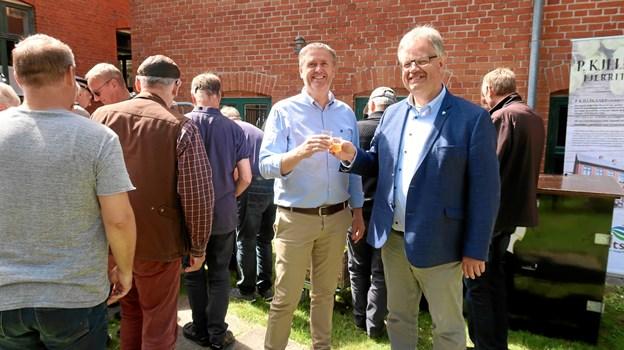 Formand Henrik Bech og borgmester Mogens Chr. Gade skåler i smagsprøver på »P. Kjeldgaard – Fjerritslev IPA«. Foto: Ejgil Bodilsen