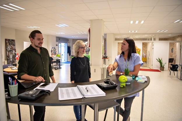 Centerchef Line Brix Madsen (th), Bente Kokholm, der er fastansat og uddannet ergoterapeut og praktikant Nikolai Lybæk er klar til det første ryk, der gerne sker fra omkring klokken 14.00, fortæller de.