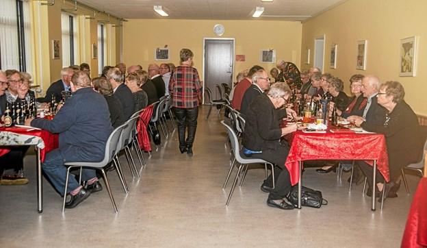 Der var godt fyldt op i Byens Hus til Løgstør Efterlønsklubs julefrokost. Foto: Mogens Lynge Mogens Lynge