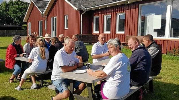 Det blev spist morgenmad - gratis- og hyggesnakket af gæster og lokale borgere. Foto: privat.