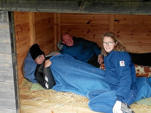Socialpædagog Anne Britt Nørgaard og de to brugere fotograferet i den nye shelter på Sødisbakke.  Privatfoto