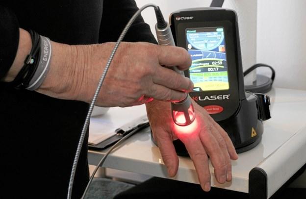 Bodil Hansen demonstrerer K-Laseren på hendes egen hånd. Foto: Peter Jørgensen Peter Jørgensen