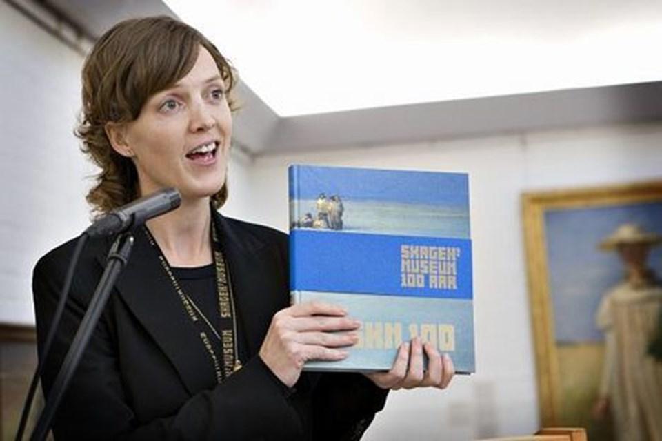 Museumsinspektør Lisette Vind Ebbesen har redigeret den flotte jubilæumsbog og har blandt andet valgt mange af bogens billeder.foto peter broen