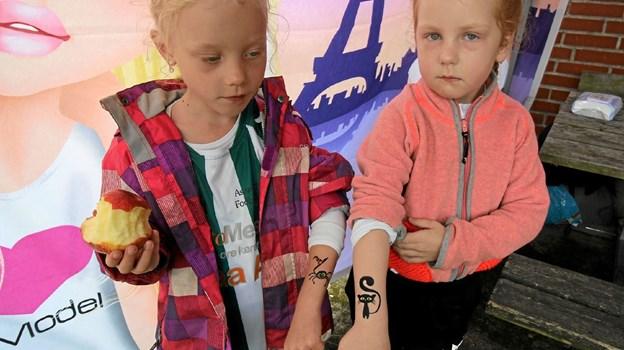 Man kunne også få lavet ansigtsmaling og tatoveringer. Her viser Sofia og Olivia stolt deres tatoveringer frem. Foto: Jørgen Ingvardsen Jørgen Ingvardsen