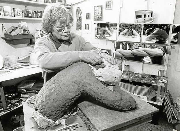 Svend Danelund malede på et tidspunkt gasværksarbejder Harry Olsen, som tog sig et hvil foran de buldrende ovne. På den baggrund skabte han skulpturen 'Hvile', der blev opstillet foran Skagen Sygehus i 1993. Sparekassen spyttede lidt i bøssen, men ellers bekostede Danelund selv kunstværket. Her ses han i atelieret i færd med at modellere figuren, som senere blev støbt i bronze. Foto: Lokalhistorisk Arkiv Skagen