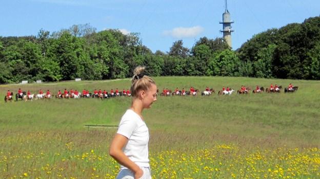 Julie Schewing fra Als guider de mange fremmødte tilskuere ud på det sted i landskabet, hvor de mange ryttere første gang skal springe over nogle af de i alt 37 opstillede forhindringer