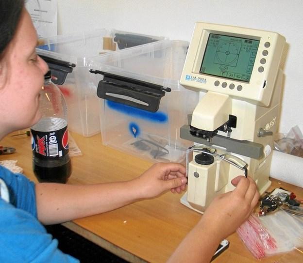 De indsamlede briller sendes efter EU-valget til til opmåling hos tre produktionsskoler, hvor de opmåles, påsættes styrke, kontrolleres og pakkes i plastpose. Her fra opmåling på produktionsskolen i Nykøbing. Privatfoto