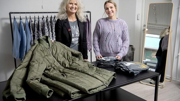 Karina Lundtoft har ansat Astrid Kaas Holm (th) som assistance i sin forretning. Foto: Lars Pauli