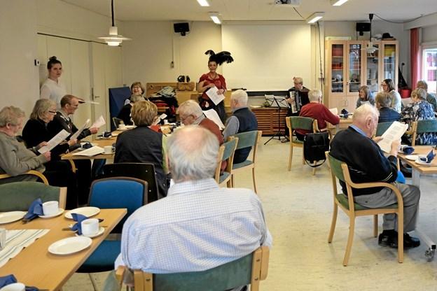 """Foruden mindeværdige sange var der fællessange alle sang med på, og """"Sidsel fra Kvissel"""" fortalte anekdoter fra tidligere tider. Foto: Niels Helver Niels Helver"""