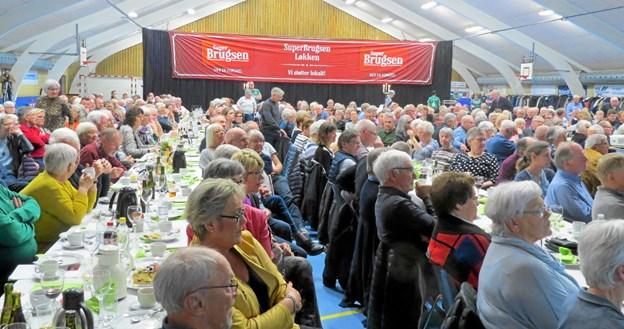 Løkken hallen tæt pakket med medlemmer til Løkken Brugsforenings generalforsamling. Foto: Kirsten Olsen